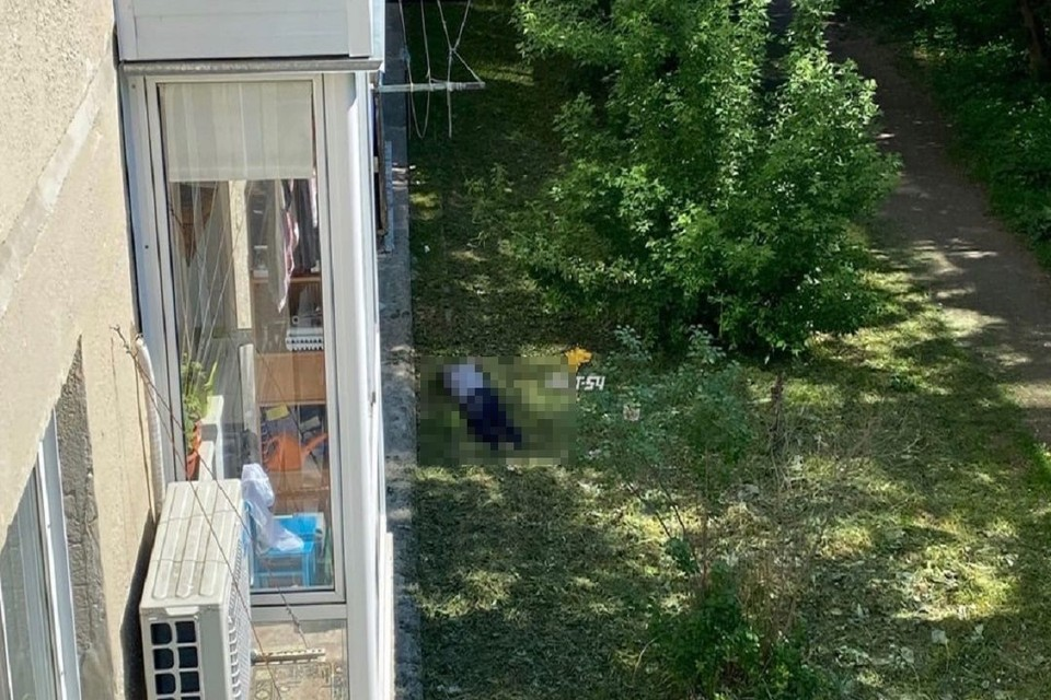 """Новосибирец выпал из окна пятиэтажки и погиб. Фото: """"АСТ-54""""."""