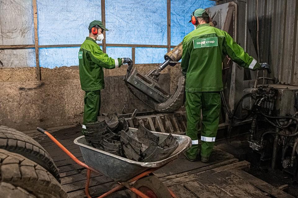 В год завод перерабатывает примерно 4000 тонн покрышек, а в смену – 12 тонн. Фото: Мария Бородина, PrimaMedia.