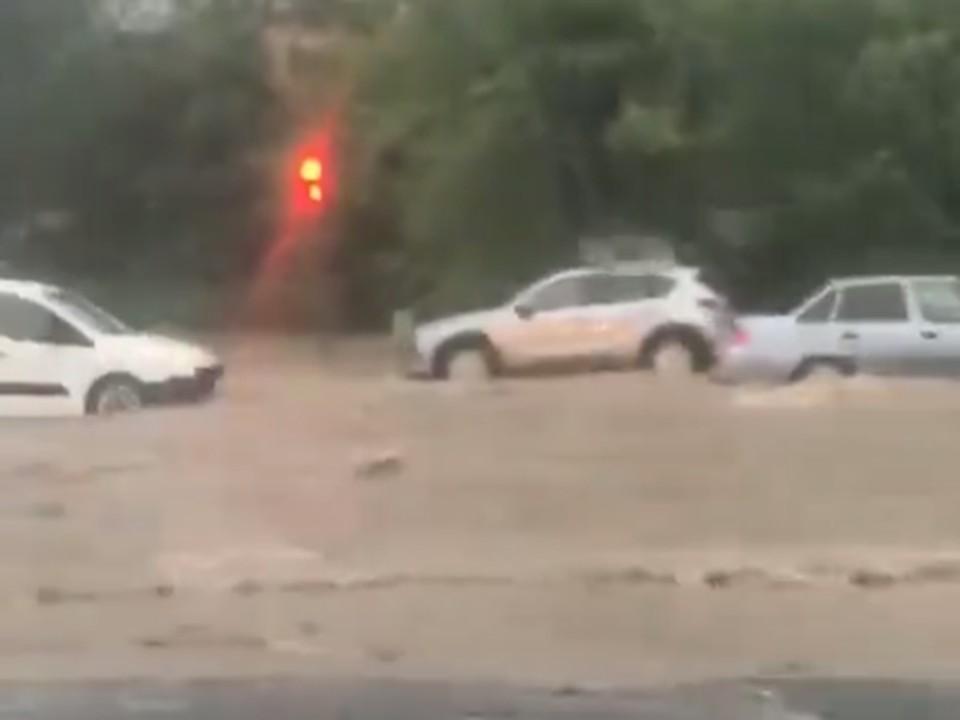 Улицы Волжского затопило водой после ливня. Кадр видео