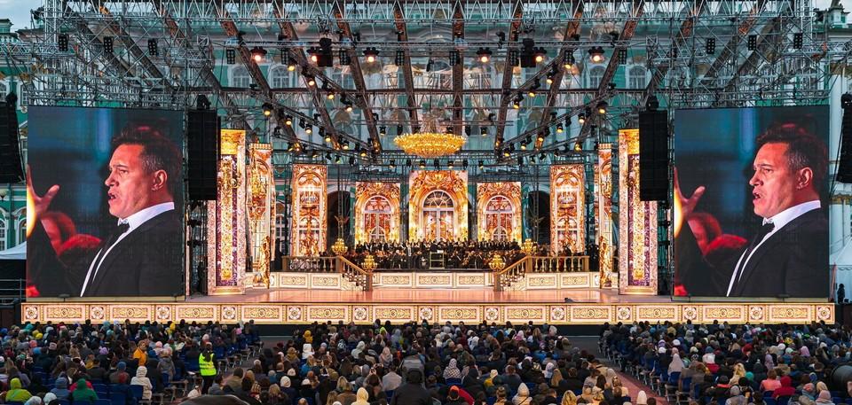 Каждый из 26 концертных номеров — сюжетный мини-спектакль, в атмосферу которого можно погрузиться, находясь в любой точке площади