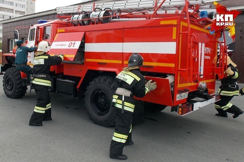 В Твери ночью пожарные тушили две машины, которые загорелись на стоянке.
