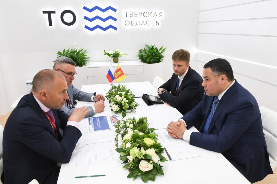 Игорь Руденя и Михаил Шамолин поставили подписи под документом. Фото: ПТО