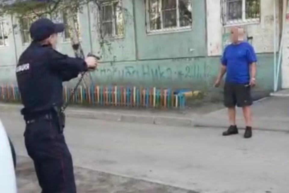 «Я вас умотаю»: полицейским пришлось стрелять по мужчине, который набросился на них с ножами