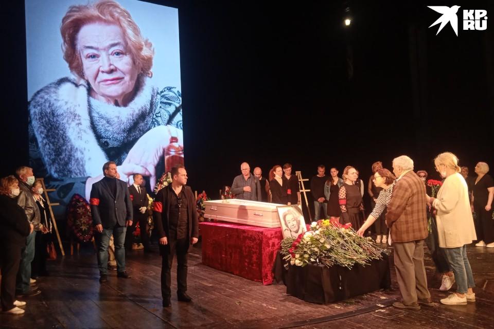 4 июня 2021 года Тверской театр драмы прощался со своим художественным руководителем. Вера Ефремова скончалась на 92-м году жизни.