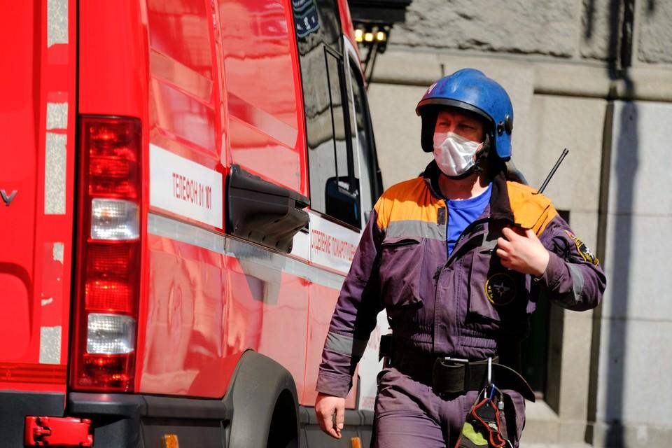 Спасатели работают на месте ЧП на проспекте Энтузиастов.