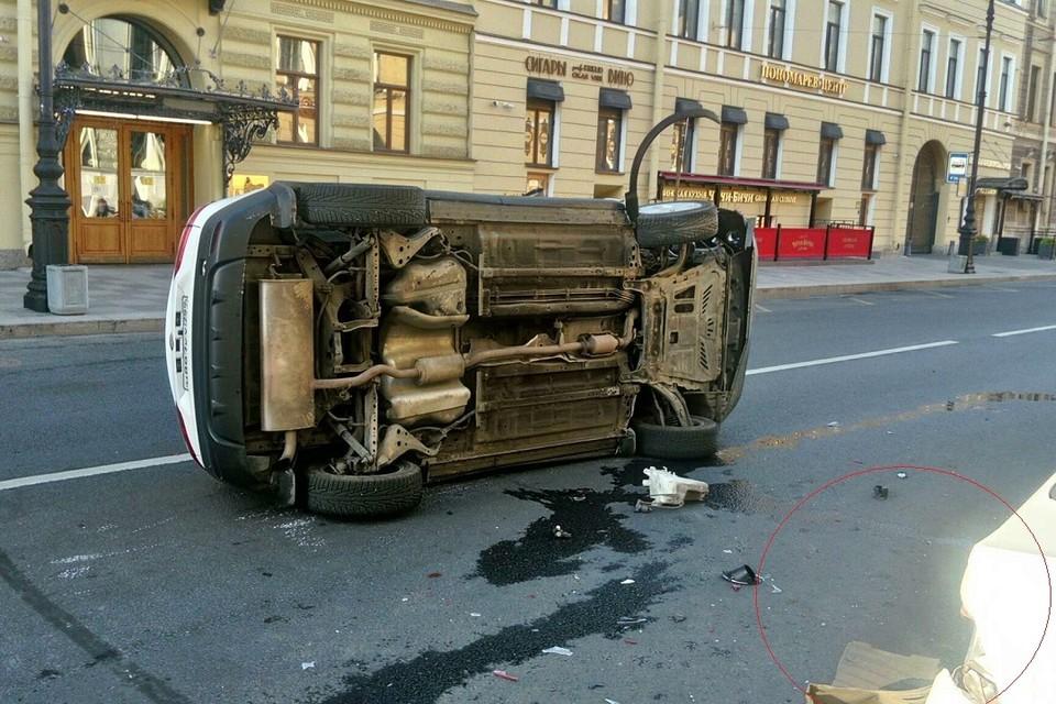 Каршеринг и такси встретились на Малой Морской улице. Фото: vk.com/spb_today