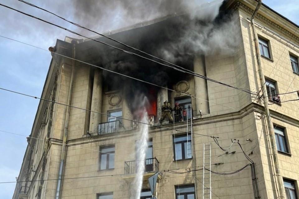 Мать с двумя детьми спасли с балкона горящей квартиры. Фото: vk.com/spb_today