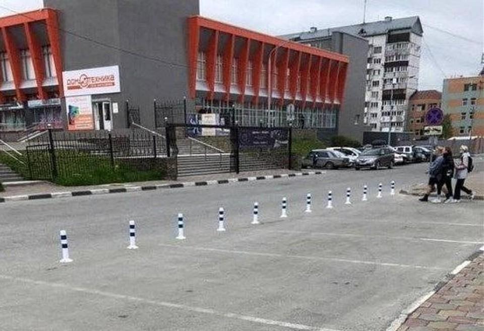 Жителей Южно-Сахалинска возмутила очередная порция оградительных столбиков, которые 6 июня «выросли» на парковочном кармане возле «Дома торговли»