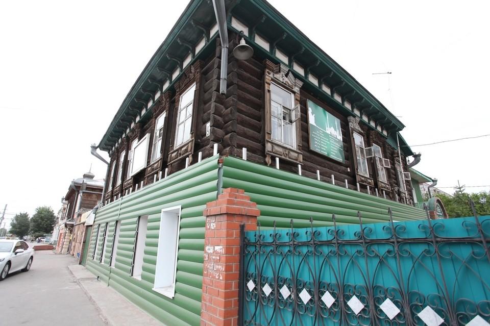 В центре Омска старинное здание обшили сайдингом. Фото: ВООПИК Омск