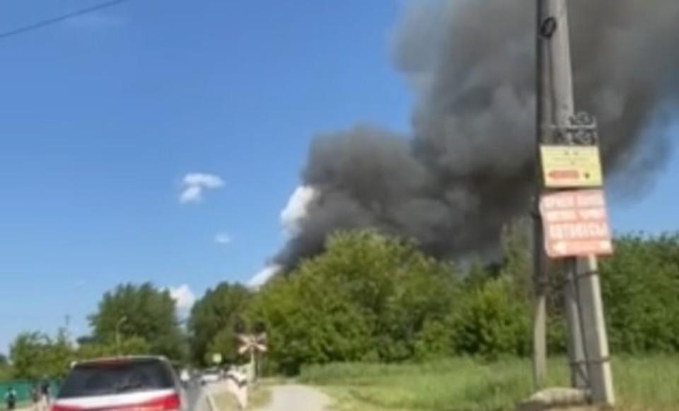 Дом на Лесобазе в Тюмени тушили 67 пожарных. Фото очевидцев.