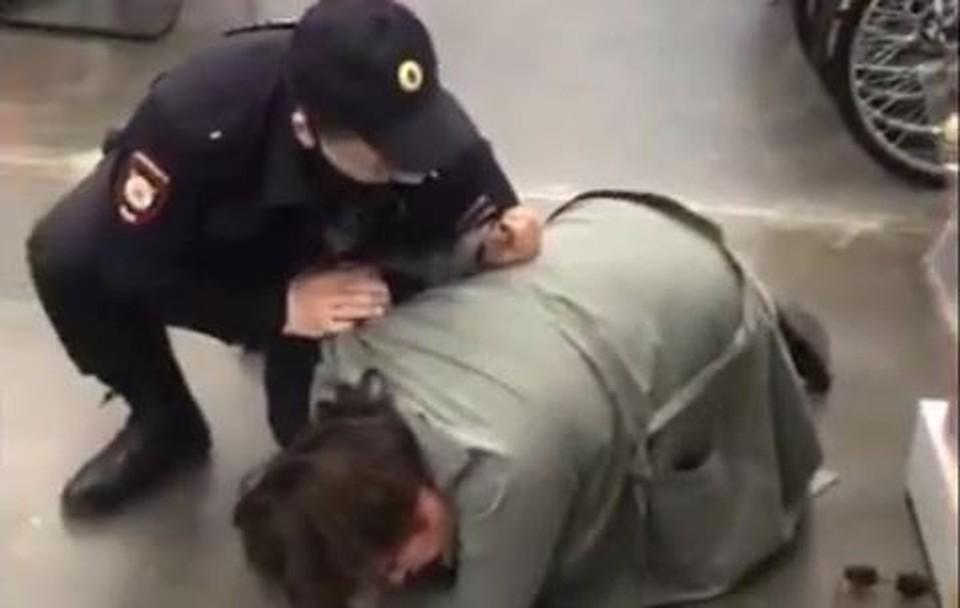 В Сургуте полицейский жестко скрутил помощницу депутата из-за отсутствия маски. Скриншот из видео.