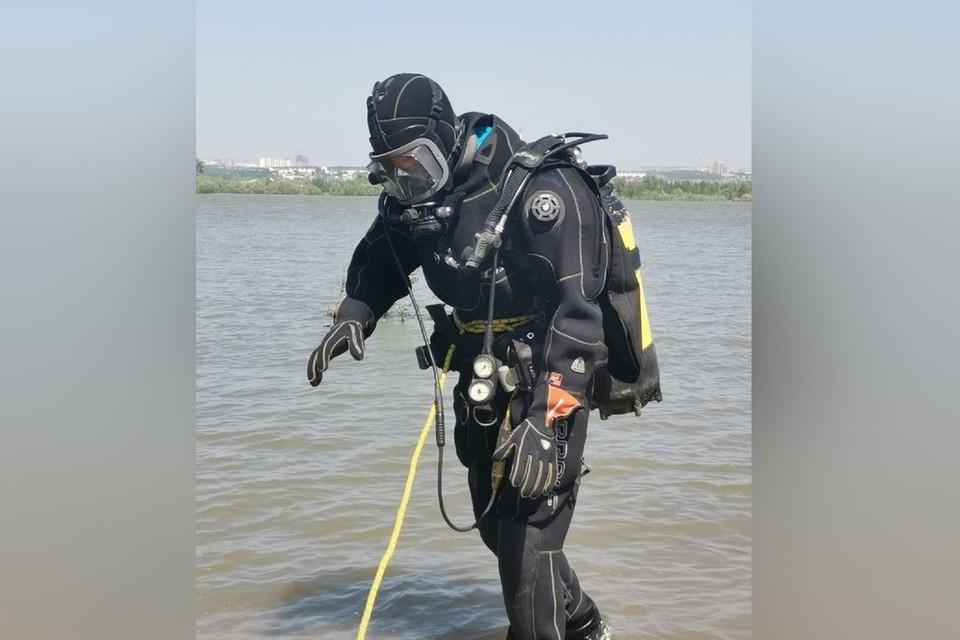Водолазы нашли утонувшего в озере парня.