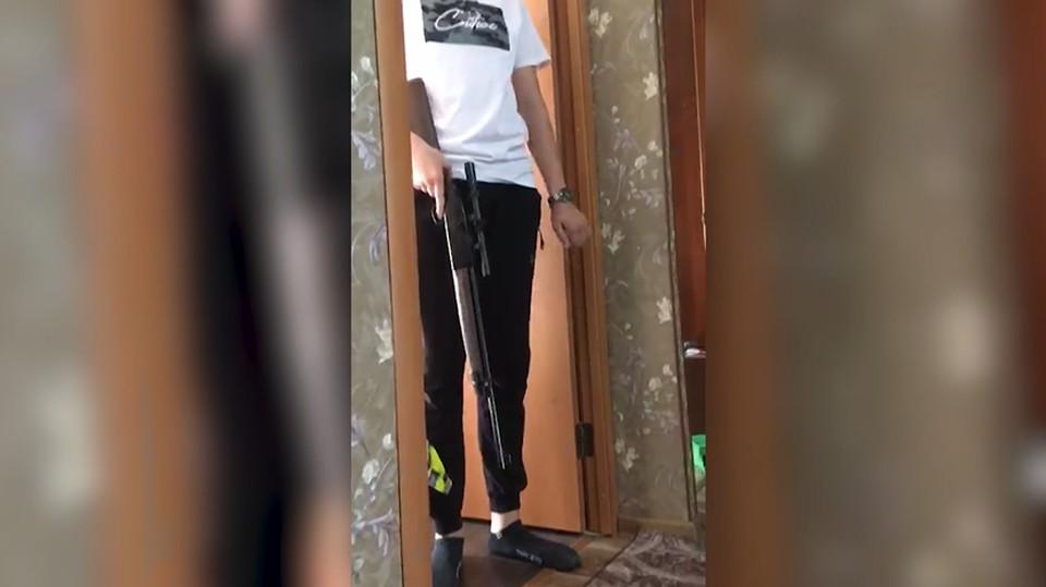 Подростки стреляли друг в друга резиновыми шариками из пневматической винтовки. Кадр с видео ГУ МВД России по Волгоградской области.