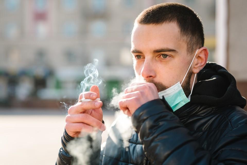 Группа французских исследователей опубликовала препринт с сенсацией: среди пациентов с COVID-19 курильщиков намного меньше, чем в среднем по стране.