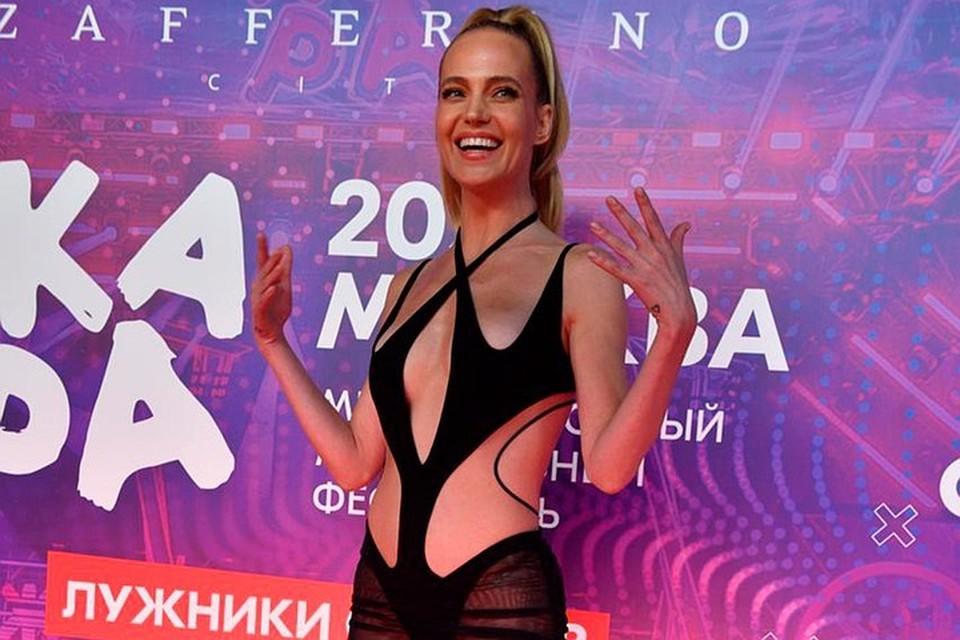 Глюкозу осудили за неуместный наряд на шоу «Вечерний Ургант»
