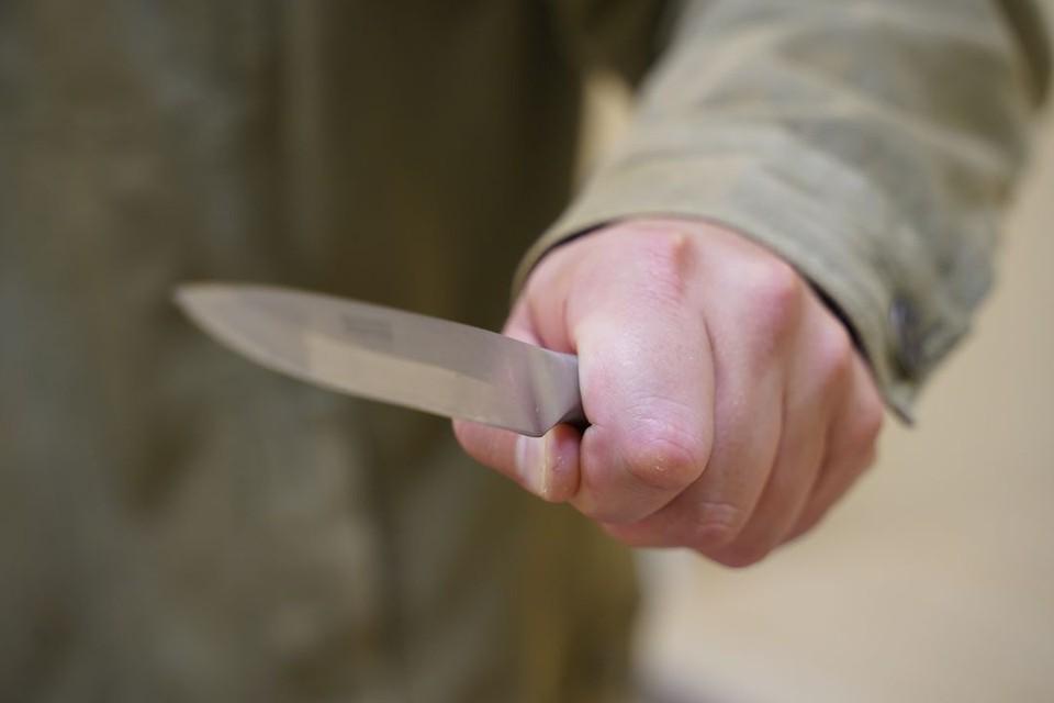 Прохожий порезал подростков, напавших на него у торгового центра.