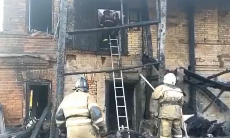 Пожар в доме начался ночью, когда все спали. Фото: кадр видео МЧС России.