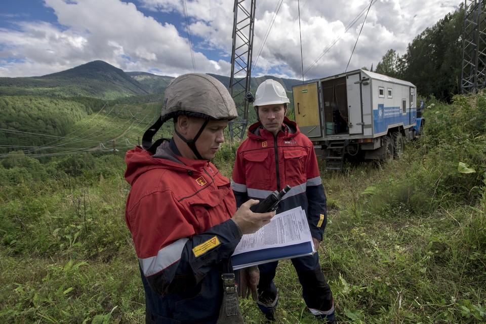 Сотрудники МЭС Сибири регулярно выполняют осмотры трасс ЛЭП. Фото: Марк МИХАЙЛОВ.