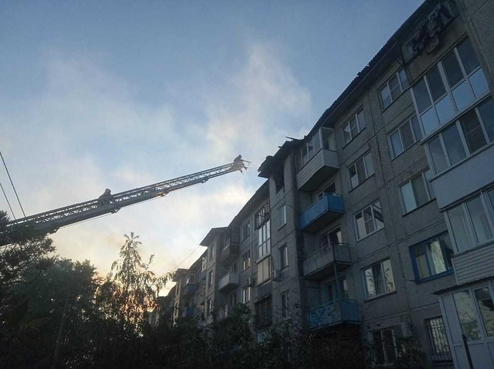 Пожар начался в квартире на верхнем этаже.