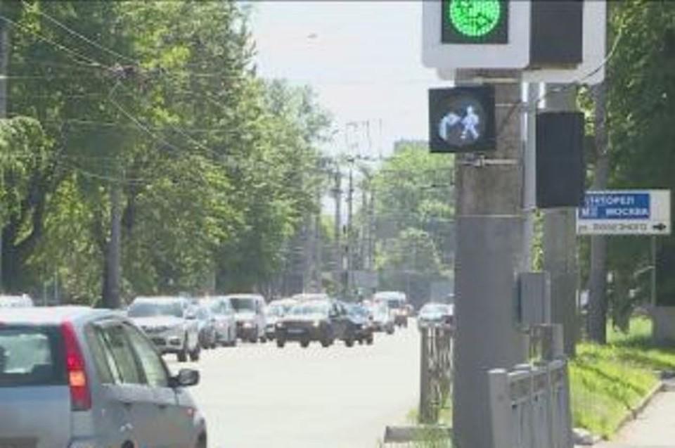 В Брянске установили новые светофоры с дополнительной секцией. Фото: ГТРК Брянск.