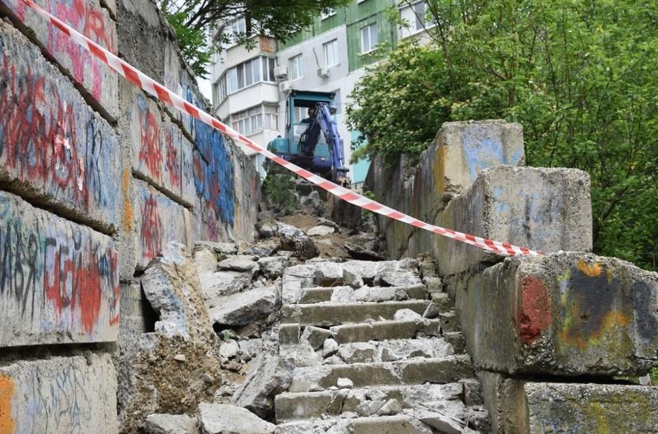 По эти лестницам жители Симферополя добираются до многоэтажных жилых домов. Фото: пресс-служба администрации Симферополя.