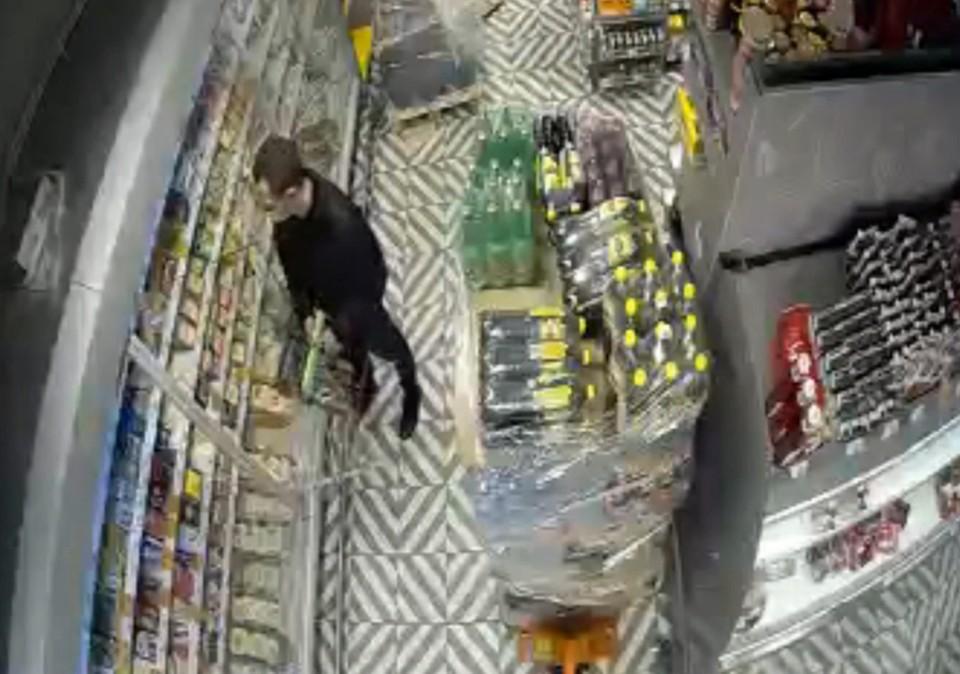 Югорчанин украл 6 килограммов сыра, чтобы сэкономить на продуктах для праздничного стола Фото: скриншот с камер ОМВД России по г. Нефтеюганску