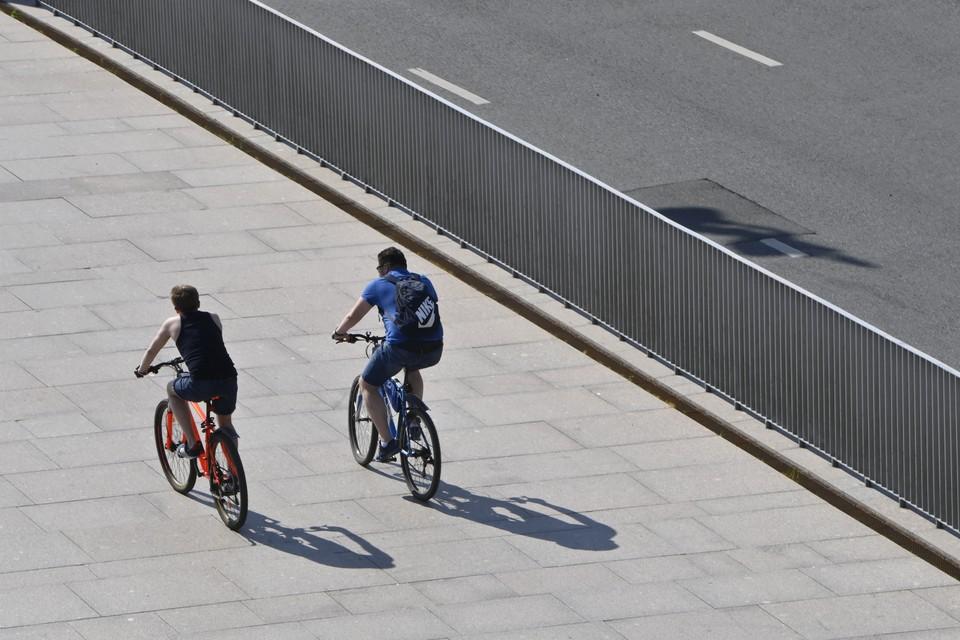 Оставляя велосипед в общедоступном месте, используйте надежные специальные средства, обеспечивающие его сохранность.