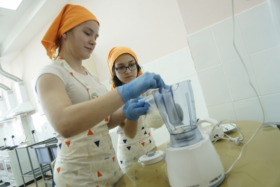 Девочки на уроке технологии, во время приготовления пищи