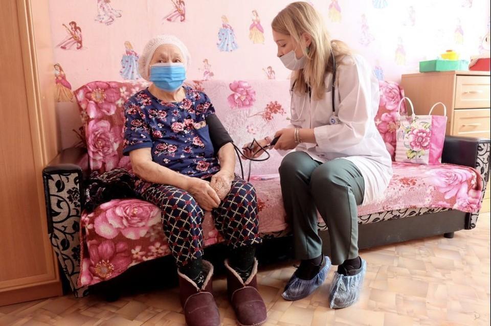 В Новосибирске прививку от коронавируса поставили 102-летней пенсионерке. Фото: пресс-служба правительства НСО