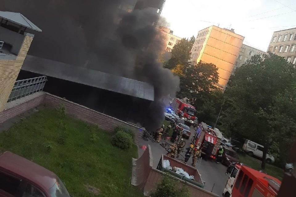 Четыре машины сгорели в подземном паркинге жилой многоэтажки. Фото: vk.com/spb_today