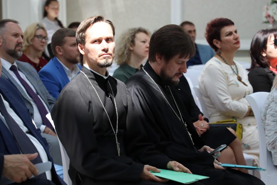 Католический священник Роберт Балек и протоиерей Виктор Горбач на общественном форуме