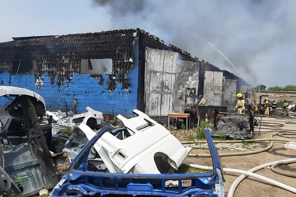 Крупный пожар в автосервисе в Хабаровске: обгорел мужчина, уничтожено 10 машин