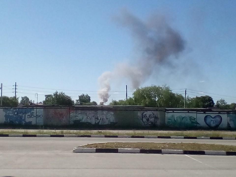 На улице Чкалова загорелись покрышки от авто