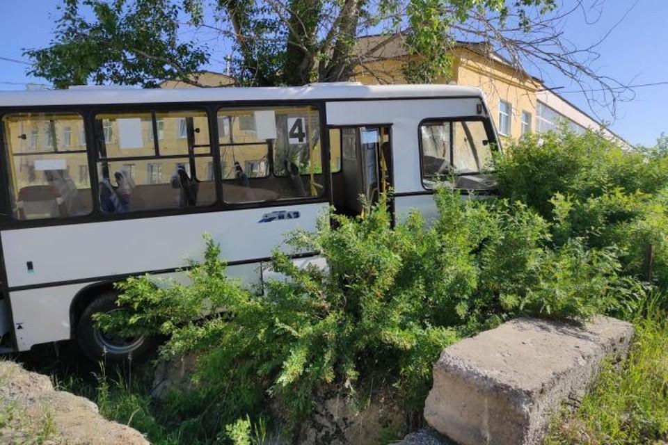 Автобус пробил ворота комбината и сбил пешеходов, шедших на работу. Фото: СУ СКР по Свердловской области