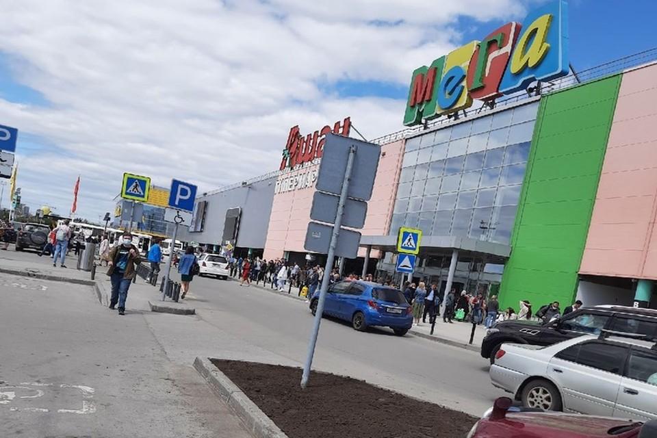 В Новосибирске днем 10 июня эвакуировали торговый центр «МЕГА». Фото: предоставлено героем публикации