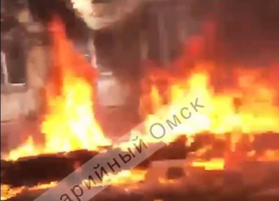 Утеплитель на трубах вспыхнул за считанные минуты. Фото: скриншот с видео