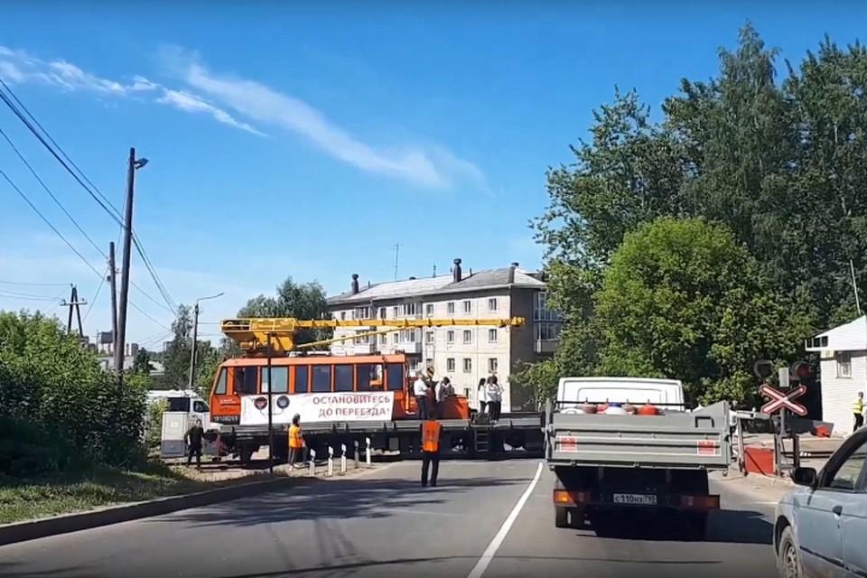 Железнодорожный переезд на улице Лепсе перекрыли частушечники на мотовозе. Фото: vk.com/kirov_blacklist
