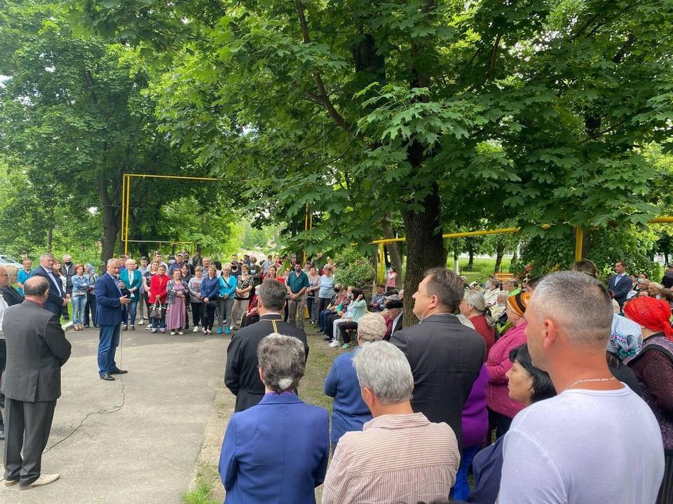 Более 300 жителей села Вэлчинец Окницкого района приняли участие в дискуссии с председателем ПСРМ Игорем Додоном. Фото: facebook.com/dodon.igor