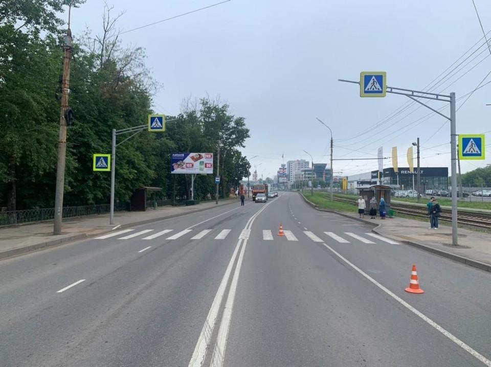 В Орле на Кромском шоссе «Рено Логан» сбил женщину на дороге 10 июня 2021. Фото: Госавтоинспекция Орловской области