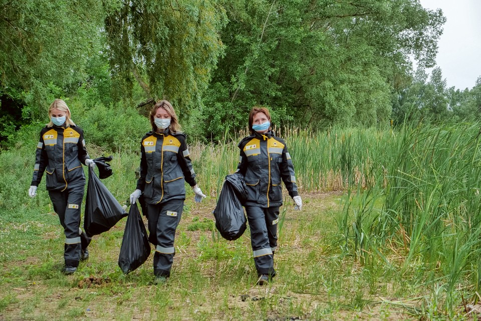 Сотрудники НК НПЗ помогали очистить берега озера.