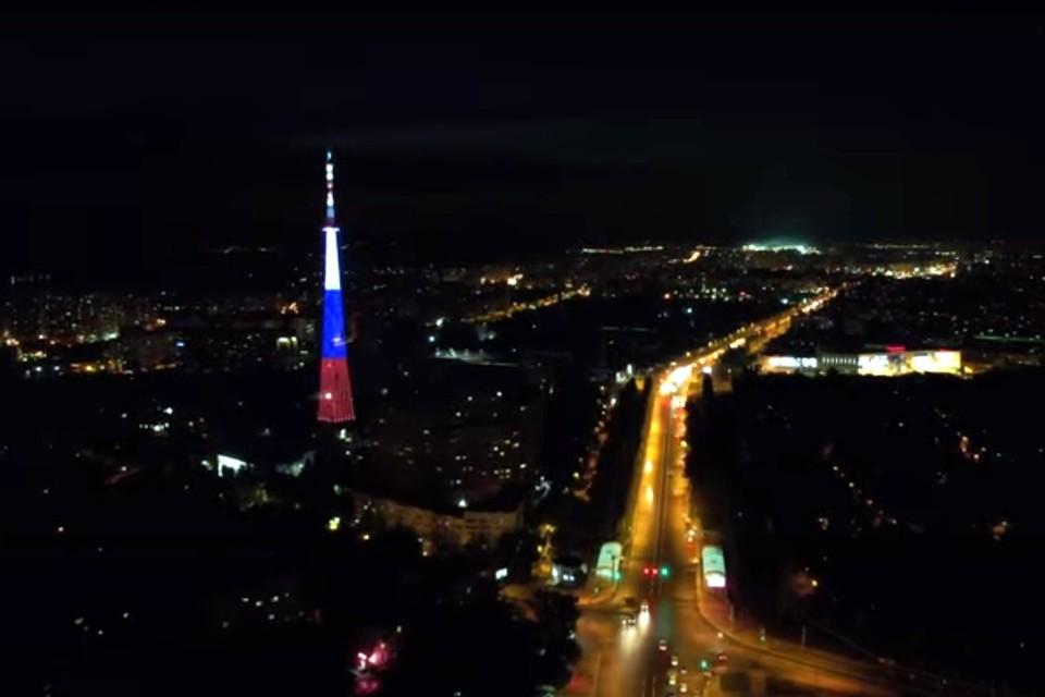 Также вечером знаменитую самарскую телебашню подсветили в цвета флага России