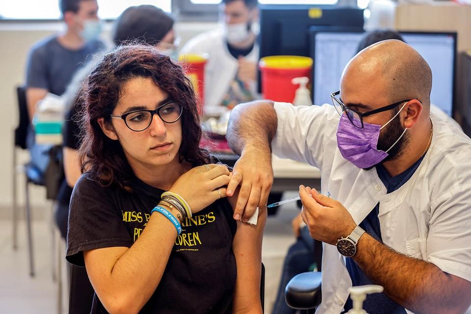 Израиль стал фактически первой страной, в которой отменили масочный режим, введенный еще год назад в качестве борьбы с пандемией коронавируса.