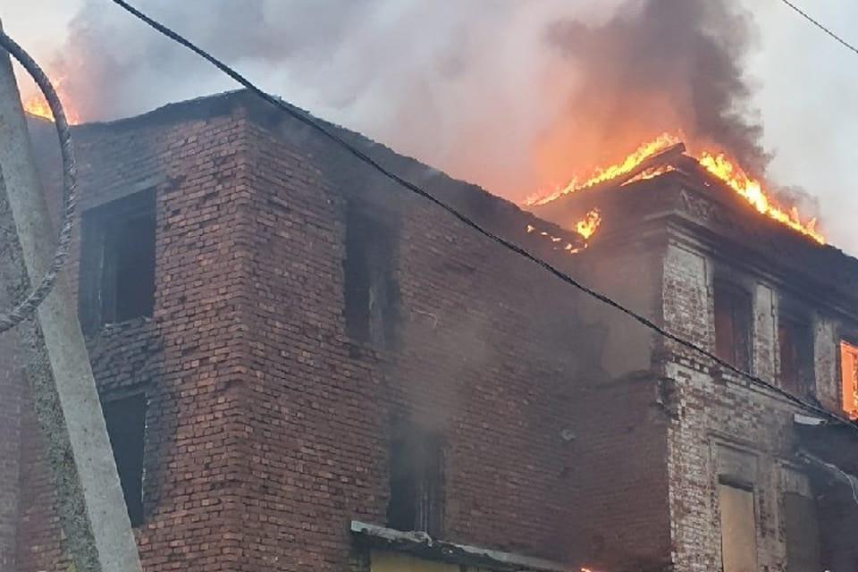 У здания загорелась крыша.