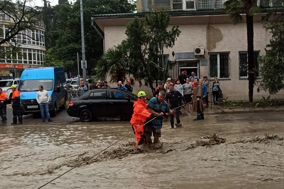 Улицы Ялты превратились в бурные потоки. Фото: МЧС РК
