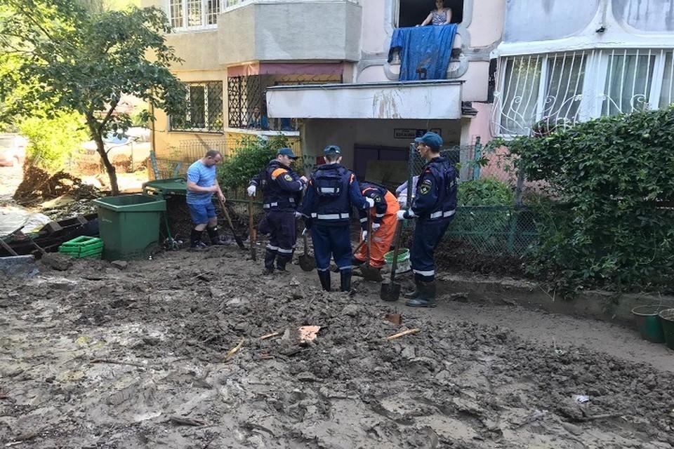 Сейчас специалисты откачивают воду из подтопленных территорий, убирают мусор Фото: пресс-служба МЧС России по РО