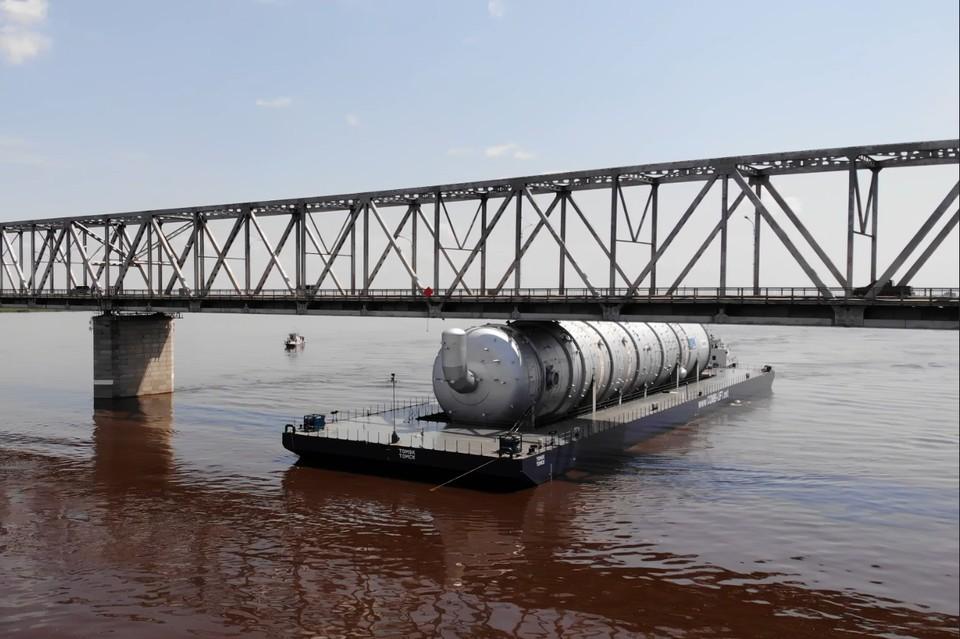 Баржа не смогла пройти из-за подъема воды в Зее. Фото: скриншот из видео пресс-службы Амурского газохимического комплекса
