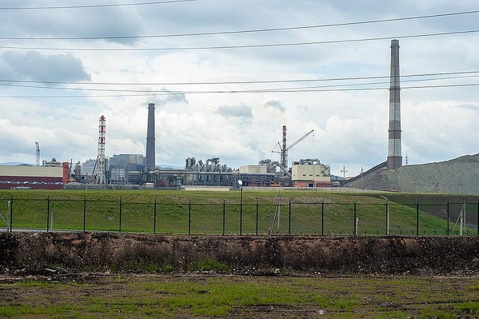 Завод «Карабашмедь» в Челябинской области. И первое рекультивированное хвостохранилище рядом с ним.
