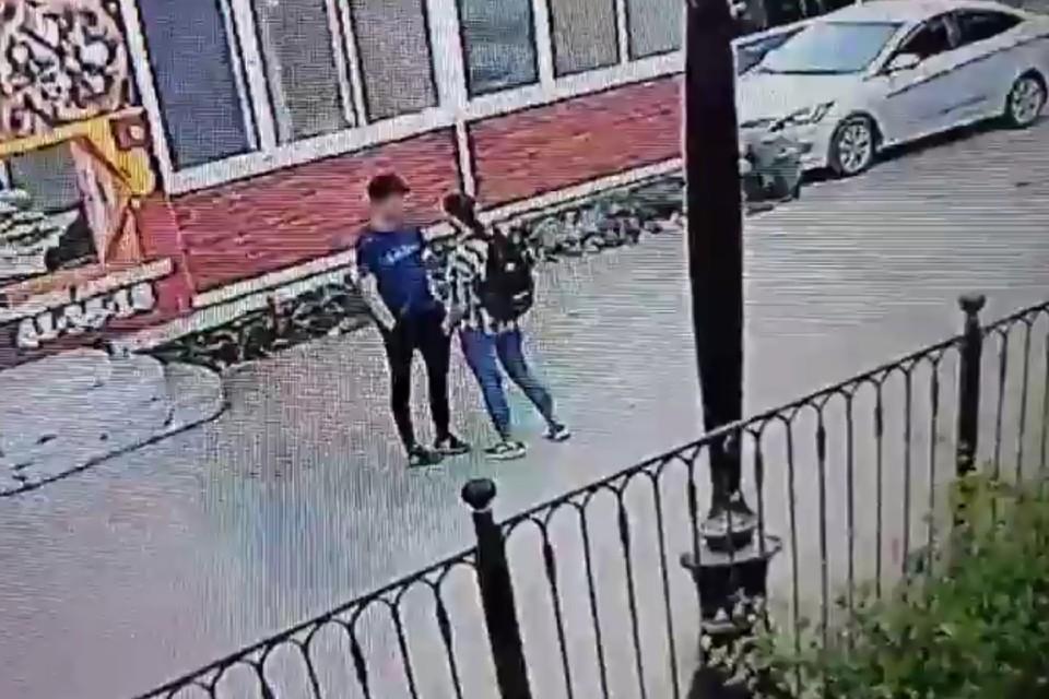 Убила и вымыла нож в фонтане: в Братске 16-летняя девушка в центре города зарезала 14-летнего школьника. Фото: камеры видеонаблюдения.