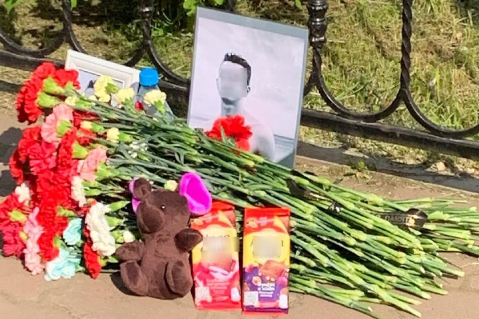 """К месту убийства подростка его друзья несут цветы. Фото: предоставлено """"КП""""-""""Иркутск"""" другом погибшего парня."""