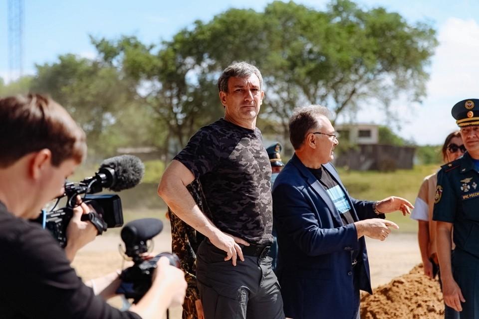 Губернатор Василий Орлов побывал в южных районах региона, куда сейчас спускается гребень паводка. Фото: пресс-служба Амурской области.